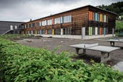 Der Trakt A des Schulhauses Würzenbach soll aufgestockt werden. Bild: Boris Bürgisser (Luzern, 15. Mai 2018)