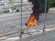 Das Elektroauto brannte nach dem Unfall auf der A2 im Tessin am Donnerstag vollständig aus. Der Fahrer kam ums Leben. (Bild: Feuerwehr Bellinzona)