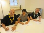 Kassier Othmar Arnold, die Erstfelder Gemeindepräsidentin Pia Tresch-Walker und Pfadi-Präsident Christian Imfeld unterzeichnen den Baurechtsvertrag für das neue Pfadiheim. (Bild: PD)