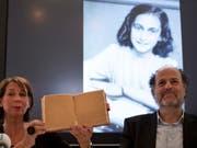 Obwohl Anne Frank sie mit braunem Papier verklebt hatte: Dank digitaler Fototechnik sind bisher unbekannte Passagen aus dem Tagebuch des jüdischen Mädchens lesbar gemacht worden. (Bild: Keystone/AP/PETER DEJONG)