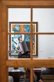 Die lettische klassische Akkordeonistin Ksenija Sidorova spielte vor einem Picasso-Gemälde in der Sammlung Rosengart in Luzern. (Bild: Pius Amrein (Luzern, 13. Mai 2018))
