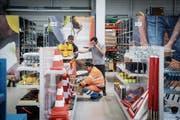 Das Angebot der Bauwerkstadt reicht von Baustellenlampen bis zu Arbeitskleidung. (Bild: Ralph Ribi)