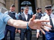 Wegen Steuerbetrugs ist der frühere französische Haushaltsminister Jerôme Cahuzac (Mitte) zu zwei Jahren Haft verurteilt worden. (Bild: KEYSTONE/EPA/CHRISTOPHE PETIT TESSON)