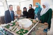 Ignazio Cassis begutachtet ein Modell von Architekturstudentinnen in einer Berufsbildungsstätte für Flüchtlinge in Amman. (Bild: Gabriele Putzu/Keystone (14. Mai 2018))