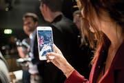 Per Smartphone entblössen wir uns selbst – und es macht uns gar nichts aus. (Bild: Ennio Leanza/Keystone (Zürich, 9. November 2017))