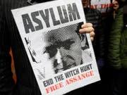 """Unterstützer fordern ein Ende der """"Hexenjagd"""" auf Assange - doch wurde der Wikileaks-Gründer auch von seinen Gastgebern ausspioniert? (Bild: KEYSTONE/AP/KIRSTY WIGGLESWORTH)"""