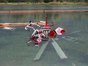 Der Helikopter wurde beim Absturz in einen Baggersee stark beschädigt. (Bild: KEYSTONE/DOMINIC STEINMANN)