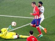 Eiskalter Abschluss: Antoine Griezmann bezwingt Marseilles Goalie Steve Mandanda zum 2:0 für Atlético (Bild: KEYSTONE/AP/CHRISTOPHE ENA)