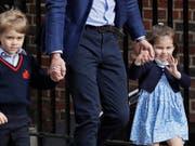 Bei ihrem letzten offiziellen Auftritt bezauberten George und Charlotte die Öffentlichkeit. Am Samstag sind sie Blumenkinder bei der Hochzeit von Prinz Harry und Meghan Markle. (Bild: KEYSTONE/AP/KIRSTY WIGGLESWORTH)