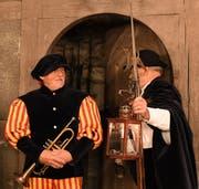 Turmwächter Albert Glauser mit Zunftmeister Bernhard Bischof im Hintergrund. (Bild: Yvonne Aldovandi-Schläpfer)