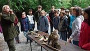 Jäger Rico Roncoroni zeigt mit dem Jagdhorn, wie sich Jäger gegenseitig verständigen – zum Beispiel als Warnsignal oder Hilferuf. (Bild: Carmen Kaufmann)