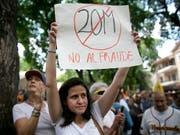 """""""Nein zum Betrug"""": Hunderte Venezolaner protestieren in Caracas gegen die umstrittene Präsidentenwahl vom Sonntag. (Bild: KEYSTONE/AP/ARIANA CUBILLOS)"""