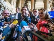 Auslieferung abgelehnt: Die ehemaligen Mitglieder der katalanischen Regionalregierung Meritxell Serret (r), Lluís Puig i Gordi (l) und Toni Comín (m) dürfen gemäss der belgischen Justiz im belgischen Exil bleiben. Der gescheiterte Auslieferungsantrag ist eine Niederlage für Spaniens Regierung. (Bild: Keystone/EPA/STEPHANIE LECOCQ)