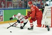 Voller Einsatz: Ramon Untersander (links) im Spiel gegen Russland. (Bild: Andy Müller/Freshfocus)