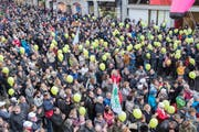 Die politische Auseinandersetzung um die St.Galler Pensionskasse war hart: Demonstration des Staatspersonals im April 2017. (Bild: Urs Bucher)
