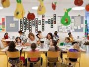 Der Bund fördert seit 15 Jahren die Schaffung on Kinderbetreuungsplätzen. Eine weitere Verlängerung des Impulsprogramms, wie sie von einer Nationalratskommission gefordert wird, lehnt der Bundesrat nun ab. (Bild: KEYSTONE/GAETAN BALLY)