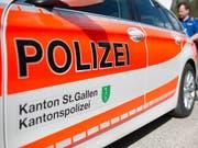 Die St. Galler Kantonspolizei war mit einem Grossaufgebot am Tatort in Thal. (Bild: Symbolbild KEYSTONE/GIAN EHRENZELLER)