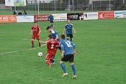 Der FC Bütschwil (in Rot) kämpft heute Abend auf der Breite gegen Eschenbach um dringend benötigte Punkte. (Bild: Beat Lanzendorfer)