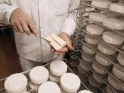 Der Normandie-Camembert darf künftig auch mit pasteurisierter Milch hergestellt werden - nicht mehr nur aus Rohmilch. (Bild: KEYSTONE/MARTIN RUETSCHI)