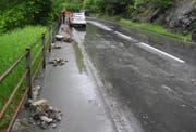 Die Steine stürzten auf die Gersauerstrasse bei Brunnen und ein Auto, das auf dieser Strecke unterwegs war. (Bild: Kantonspolizei Schwyz, Brunnen 16. Mai 2018)