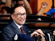 Er ist einer der prominentesten Politiker der malaysischen Opposition: Anwar Ibrahim, hier kurz nach seiner Freilassung aus einem Spital in Kuala Lumpur, in welchem er sich wegen einer Schulterverletzung zuletzt befunden hatte. (Bild: Keystone/AP/VINCENT THIAN)