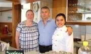 Sind um das Wohl der Gäste besorgt: Serviceangestellten Anni Meile mit Ernst und Marjorie Bleiker (von links). Bild: Philipp Stutz