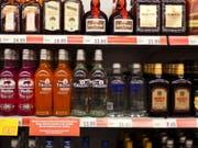 Die Weltgesundheitsorganisation WHO empfiehlt höhere Alkohol- und Tabaksteuern zur Gesundheitsprävention. (Bild: KEYSTONE/GAETAN BALLY)