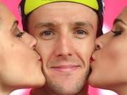 Küsschen für den souveränen Giro-Leader Simon Yates (Bild: KEYSTONE/EPA ANSA/DANIEL DAL ZENNARO)