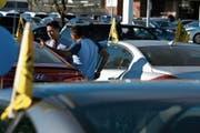 Ein Kunde interessiert sich für den Kauf eines Autos bei einem Autohändler in Los Angeles. (Bild: Patrick T. Fallon/Bloomberg, 2. Januar 2016)