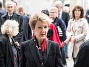 Bundesrätin Simonetta Sommaruga auf dem Weg zur Trauerfeier für den verstorbenen Alexander Tschäppät im Berner Münster. (Bild: Keystone/Peter Schneider)