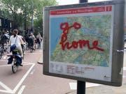 """Touristen sind in Amsterdam nicht immer beliebt. Die Stadt sucht nun nach einem """"neuen Gleichgewicht"""" zwischen Tourismus und Stadtbevölkerung. Archiv) (Bild: KEYSTONE/AP/PETER DEJONG)"""