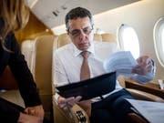 Der Schweizer Aussenminister Ignazio Cassis im Bundesratsjet auf der Rückreise aus Jordanien. (Bild: KEYSTONE/TI-PRESS/GABRIELE PUTZU)