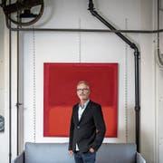 Guido Lötscher vor einem seiner Bilder in der Kunstschmiede Artefix. (Bild: Pius Amrein (Sempach, 16. Mai 2018))