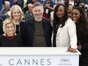 In einem brisanten Dokumentarfilm über Whitney Houston wird behauptet, die Sängerin sei von einer Cousine sexuell missbraucht worden. V.l.: Produzentinnen Nicole David und Lisa Erspamer, Regisseur Kevin Macdonald und die Koproduzentinnen Pat Houston und Rayah Houston stellten den Film in Cannes vor. (Bild: Keystone/EPA/IAN LANGSDON)