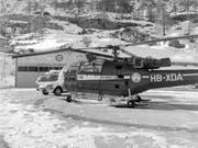 Seit 50 Jahren fliegt die Air Zermatt Rettungseinsätze, das Bild aus dem Archiv zeigt die Helikopter-Basis Zermatt im Januar 1971. (Bild: KEYSTONE/STR)