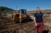 Werner Baumgartner, Präsident des SC Kriens, auf der Baustelle des neuen Kleinfeld-Stadions. Bild: Corinne Glanzmann (Kriens, 19. April 2018)