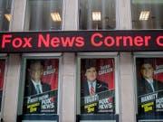Fox-News-Hauptsitz in New York mit Grossaufnahmen der noch vor einem Jahr aktiven Star-Moderatoren, darunter Bill O'Reilly (l), der wegen Vorwürfen sexueller Belästigung gehen musste. (Bild: KEYSTONE/AP/MARY ALTAFFER)