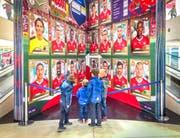 Ein Blickfang: Das Panini-Sammelalbum in der Shopping-Arena ist beinahe fünf Meter hoch. (Bild: Urs Bucher)