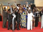 """Schauspielerinnen demonstrierten am Mittwoch auf dem roten Teppich in Cannes gegen Diskriminierung à la """"für eine Schwarze sind sie recht intelligent"""". (Bild: Keystone/AP Invision/ARTHUR MOLA)"""