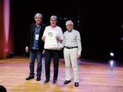 José Gameiro, Jurypräsident EMYA, ehrte am vergangenen Wochenende in Warschau die Toggenburger Vertreter Marianne Nüesch und Jost Kirchgraber vom Kulturverein Ackerhus Ebnat-Kappel (von links). (Bild: PD)
