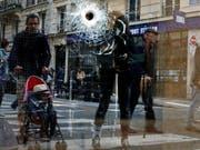 Einschussloch in einem Schaufenster in Paris, wo die Polizei am vergangenen Sonntag einen Messerangreifer erschossen hat. (Bild: KEYSTONE/AP/THIBAULT CAMUS)