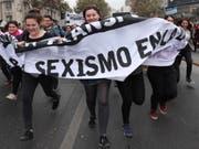 Demonstrantinnen protestieren in der chilenischen Hauptstadt Santiago gegen sexuellen Missbrauch. (Bild: Keystone/EPA EFE/MARIO RUIZ)