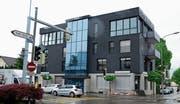 Das markante Gebäude an der Auerstrasse 4 bekommt spätestens im August einen neuen Besitzer. Die Versteigerung der Liegenschaft ist am Freitag, 3. August, geplant. (Bild: Monika von der Linden)
