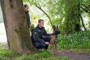 Wiederholungskurs für Polizeihunde - im Bild Marco Keller, Chef des Diensthundewesens der Kantonspolizei Nidwalden, mit Inca. (Bilder Corinne Glanzmann, Ennetmoos, 16. Mai 2018)
