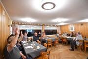 Die CVP-Ortspartei stellt sich im «Weinberg» einstimmig hinter ihren Stadtpräsidiumskandidaten André Schlatter (rechts). (Bild: Manuel Nagel)