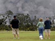 Anwohner des Vulkans Kilauea auf Hawaii beobachten den Ascheregen. (Bild: KEYSTONE/AP/CALEB JONES)