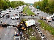 Der Schulbus-Unfall ereignete sich auf einer Autobahn in Mount Olive rund 80 Kilometer westlich der US-Metropole New York. (Bild: KEYSTONE/AP The Daily Record/BOB KARP)