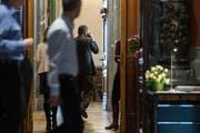 Ein Politiker schreitet telefonierend durch die Wandelhalle des Nationalrats in Bern. Bild: KEYSTONE/Alessandro della Valle (Bern, 28. Februar 2018)