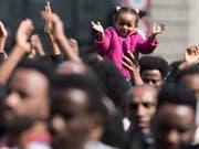 Eritreische Flüchtlinge demonstrieren auf dem Bundesplatz. Sie kritisieren, dass die Asylpraxis verschärft wurde. (Bild: KEYSTONE/PETER SCHNEIDER)