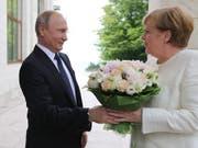 Blumen für den hohen Gast aus Deutschland: Russlands Präsident Putin empfängt Bundeskanzlerin Merkel in seiner Schwarzmeer-Residenz in Sotschi. (Bild: KEYSTONE/EPA SPUTNIK POOL/MICHAEL KLIMENTYEV / SPUTNIK / KREMLIN)